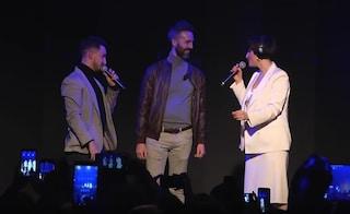 """""""Vuoi sposarmi?"""", proposta di matrimonio al concerto di Arisa: Roberto fa la proposta a Fabio"""