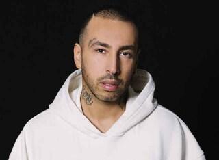 Luchè annuncia il tour estivo: il rapper partirà dalla sua Napoli