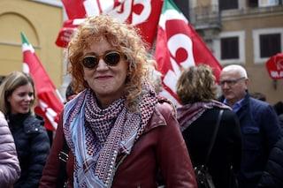 """Addio M5S, Fiorella Mannoia dona """"Il peso del coraggio"""" al PD e firma appello per La Sinistra"""