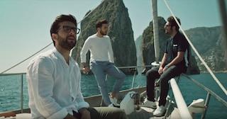 """Il Volo presenta la cover di """"A chi mi dice"""" che il trio canta davanti ai Faraglioni di Capri"""