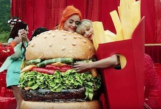 """Il significato di""""You Need To Calm Down"""", nel cui video Taylor Swift fa pace con Katy Perry"""