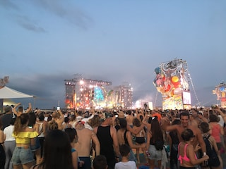 Jovanotti: la festa del Jova Beach Party a Castel Volturno tra samba, rap e Pino Daniele