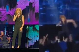 """Fiorella Mannoia scivola e cade sul palco: """"Non ci facciamo mancare niente"""""""