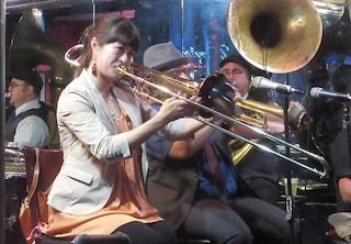 La storia di Haruka Kikuchi: sul palco col figlio di 9 mesi perché non trovava una babysitter