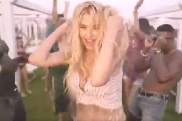 Uno screenshot dal video di Me Gusta