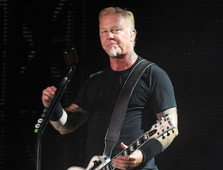 I Metallica cancellano il tour, il cantante James Hetfield torna in rehab per problemi di alcol