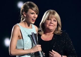 """Taylor Swift rivela che la madre ha un tumore al cervello: """"Un momento difficile per noi"""""""