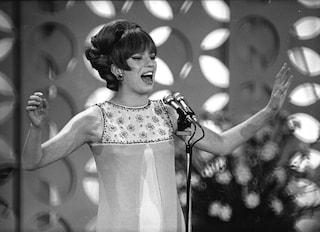"""Iva Zanicchi sulla canzone 'Zingara': """"Oggi mi farebbero cantare Prendi questa mano, rom..."""""""