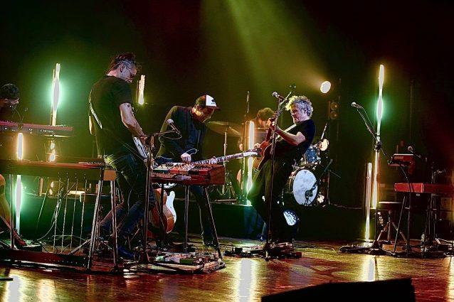 Niccolò Fabi sul palco con la sua band (ph Luca Brunetti)