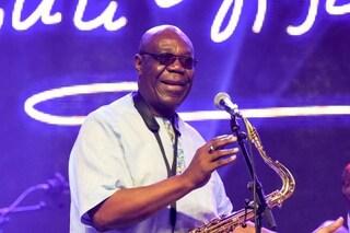 Morto il sassofonista Manu Dibango, star della musica africana: era positivo al coronavirus