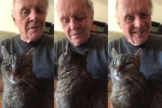 Anthony Hopkins suona per il suo gatto durante l'isolamento per Coronavirus