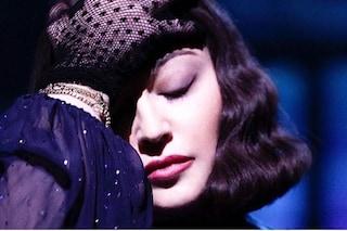 Madonna cade sul palco e scoppia in lacrime di fronte ai fan, è stata trasportata in ospedale