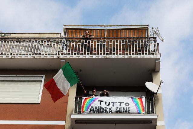 Italiani affacciati al balcone durante l'isolamento (foto di Marco Di Lauro/Getty Images)
