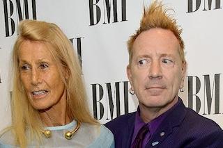 """Johnny Rotten dei Sex Pistols: """"Mia moglie ha l'Alzheimer. Baderò sempre a lei, è la mia vita"""""""