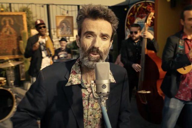 "Pau Dones nel video di ""Eso que tú me das"" degli Jarabedepalo"