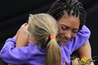 """Bambina si getta tra le braccia di Elodie a fine concerto, lei non si sottrae. Il padre: """"Grazie"""""""
