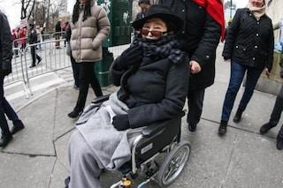 """Yoko Ono sulla sedia a rotelle, un amico di famiglia: """"Èassistita 24 ore su 24, sta rallentando"""""""