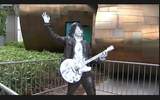 Danneggiata la statua dedicata a Chris Cornell, l'artista si è tolto la vita nel 2017