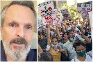 """""""Io sono la Resistenza"""", Miguel Bosè appoggia le proteste in Spagna contro l'obbligo di mascherina"""