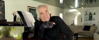 La storia del Maestro João Carlos Martins: suona il piano dopo 22 anni grazie a guanti bionici