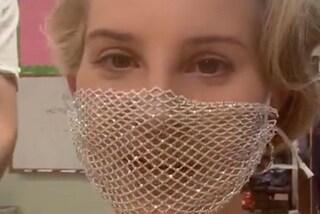 Lana Del Rey criticata dai fan per una mascherina a rete che non difende dal Covid-19