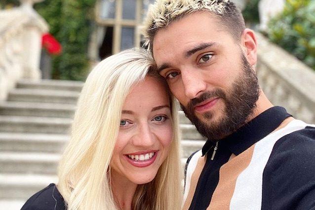 Tom Parker con la moglie Kelsey Hardwick (via Instagram)
