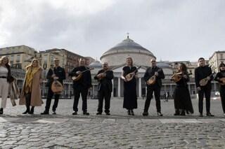 Ermal Meta canta Caruso con la Napoli Mandolin Orchestra, l'omaggio a Lucio Dalla nel giorno del suo compleanno