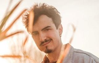 Chi è Folcast, il cantautore in gara a Sanremo Giovani con Scopriti