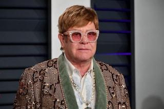 """Elton John critica il Vaticano sulle unioni gay: """"Non le benedicono, ma guadagnano dal mio film"""""""