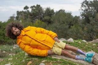 """Sanremo 2021, Gio Evan dorme in tenda sul terrazzo dell'hotel: """"Non è un gesto di sfida"""""""