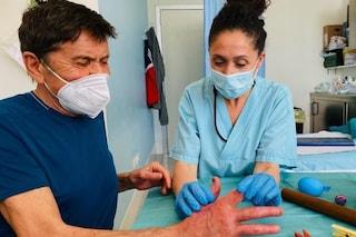 Gianni Morandi in ospedale dopo le ustioni, la smorfia di dolore durante la fisioterapia