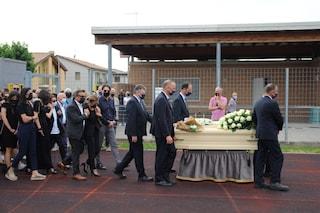 Funerali di Michele Merlo, centinaia di persone per l'ultimo saluto al cantante