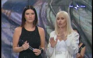 """Laura Pausini ricorda Raffaella Carrà: """"Il tuo nome tra le prime parole di mia figlia"""""""