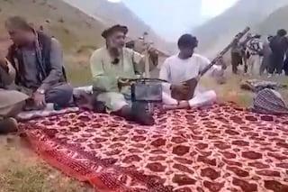 """""""Trascinato in strada e sparato in testa"""": i talebani hanno ucciso il cantante Fawad Andarabi"""