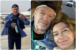 Vasco Rossi in vacanza con il tutore dopo l'incidente, con lui la compagna Laura Schmidt