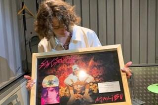 Sangiovanni è il primo artista di Amici a conquistare un disco di platino all'estero con Malibù