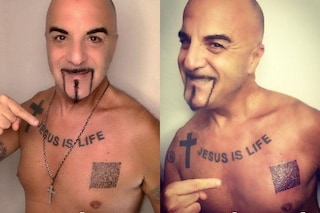 """Dj Aniceto si tatua il green pass sul cuore e lo dedica a Draghi: """"Riapriamo le discoteche"""""""