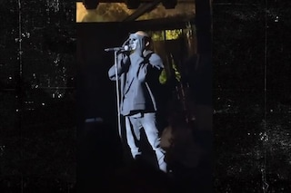 Kanye West mascherato si è esibito per la prima volta dal vivo con Donda a Venezia