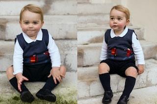 Il principe George posa per il ritratto di Natale tra sorrisi e facce buffe (FOTO)