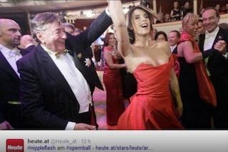 """Elisabetta Canalis e il seno nudo al Ballo di Vienna: """"E che sarà mai!"""""""