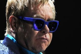 Elton John con la busta Dolce e Gabbana dopo il boicottaggio agli stilisti (FOTO)