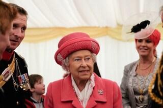 La regina Elisabetta in rosa per festeggiare l'arrivo della Royal Baby (FOTO)