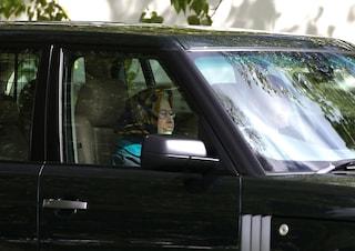 Regina Elisabetta spericolata alla guida, ruote sul prato per evitare i pedoni