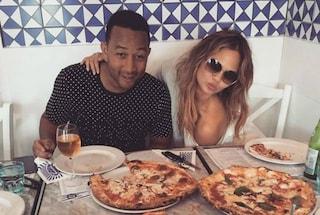 """John Legend in vacanza a Napoli, alle prese con la """"vera"""" pizza"""