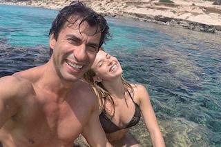 Kledi Kadiu e Charlotte Lazzari, amore a Formentera: i 18 anni di differenza non pesano