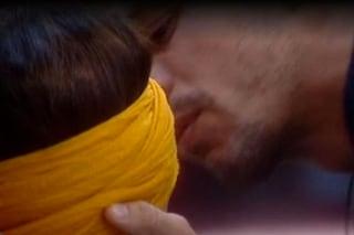 """Al Gf2015 Livio strappa a Desiree un bacio mozzafiato grazie alla """"ruota dei baci"""""""