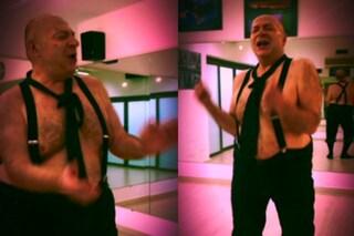 Mauro Coruzzi fa le prove per Ballando con le stelle e si scatena a torso nudo