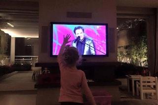 """Sanremo 2016, la piccola Mia saluta nonno Roby in tv. Facchinetti: """"Sto piangendo"""""""