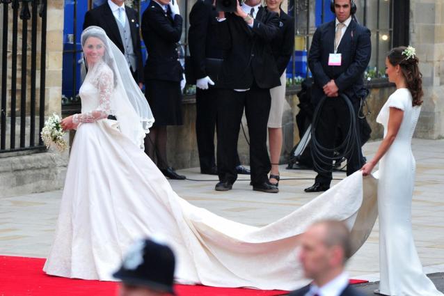 9971e9bbb7 L'abito da sposa di Kate Middleton è stato copiato, stilista ...