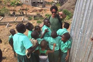 """Gabriel Garko parte come volontario per la Sierra Leone: """"Sta vivendo da uomo semplice"""""""